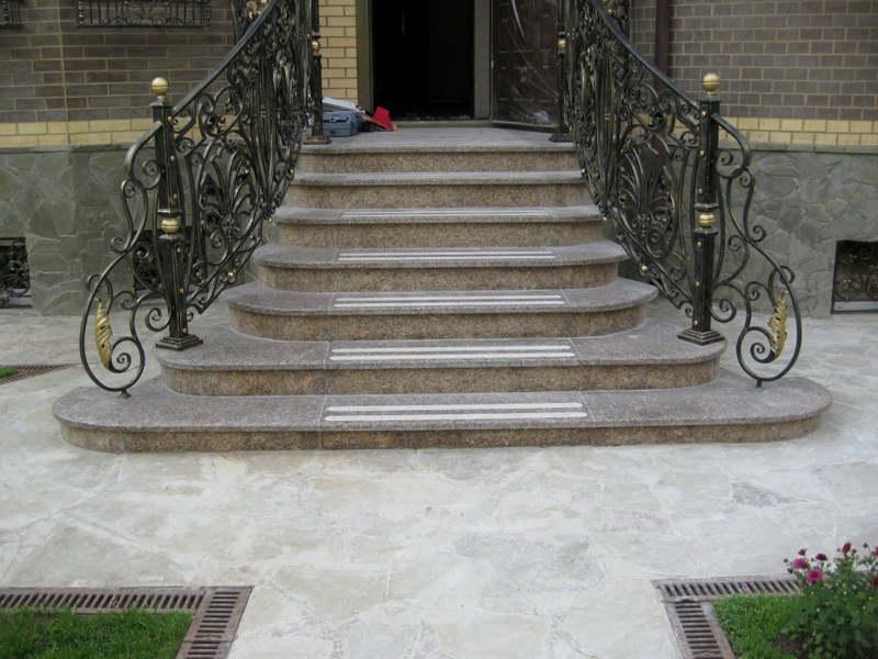 Лестница из камня с элементами ковки К 1031