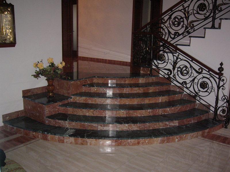 Лестница из камня с элементами ковки К 1035