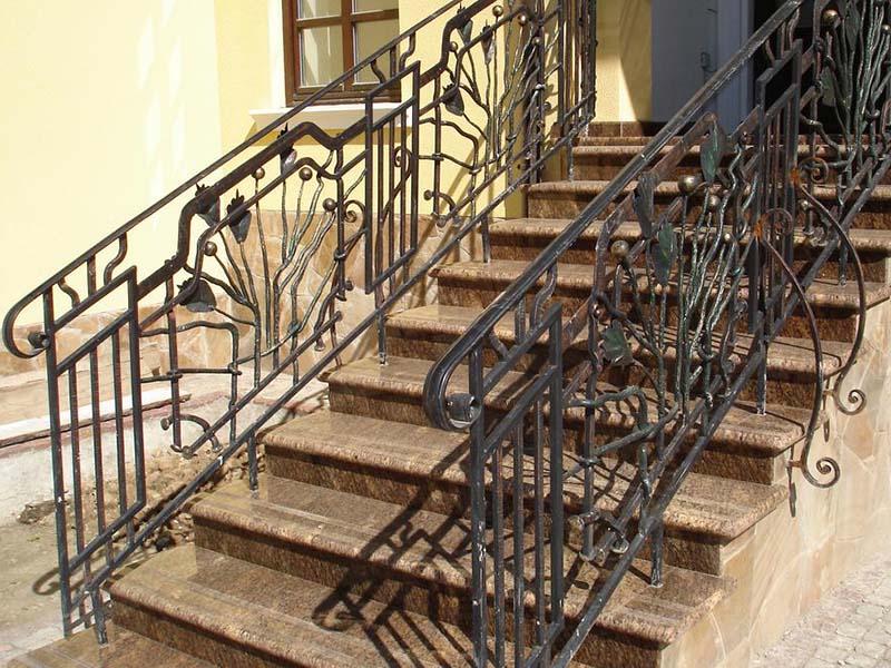 Лестница из камня с элементами ковки К 1038