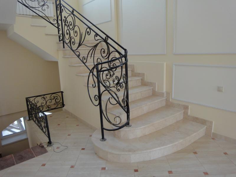 Лестница из камня с элементами ковки К 1040